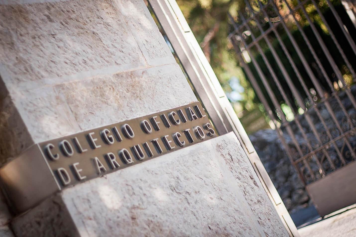 Detalle de la entrada del Colegio de Arquitectos de Málaga